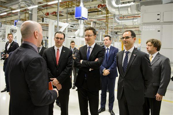 Daniel Pridal, a Robert Bosch Automotive Steering Kft. műszaki ügyvezető igazgatója (b2), Szijjártó Péter külgazdasági és külügyminiszter (k) és Javier González Pareja, a magyarországi Bosch-csoport vezetője (j2) a csoport 36 milliárdos projektjének zárórendezvényén a Robert Bosch Automotive Steering Kft. maklári üzemében 2015. december 7-én.