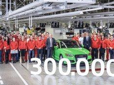 Peter Kössler, az Audi Hungaria ügyvezető igazgatója, Gerd Walker, az Audi Hungaria járműgyártásért felelős ügyvezető igazgatója és a járműgyártás munkatársai a jubileumi autóval