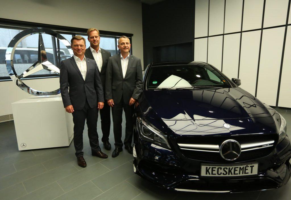 Eckehard Phillipp, Christian Wolff és Jörg Schmidt, a Mercedes-Benz Magyarország ügyvezetője a kecskeméti sajtótájékoztatón