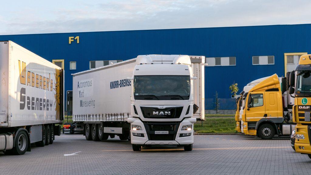 Az IAA kiállításon a Knorr-Bremse bemutatta a pótkocsi szerelvényét ami autonóm manõvert mutatott be egy telephelyen nyilvános utaktól elzárva