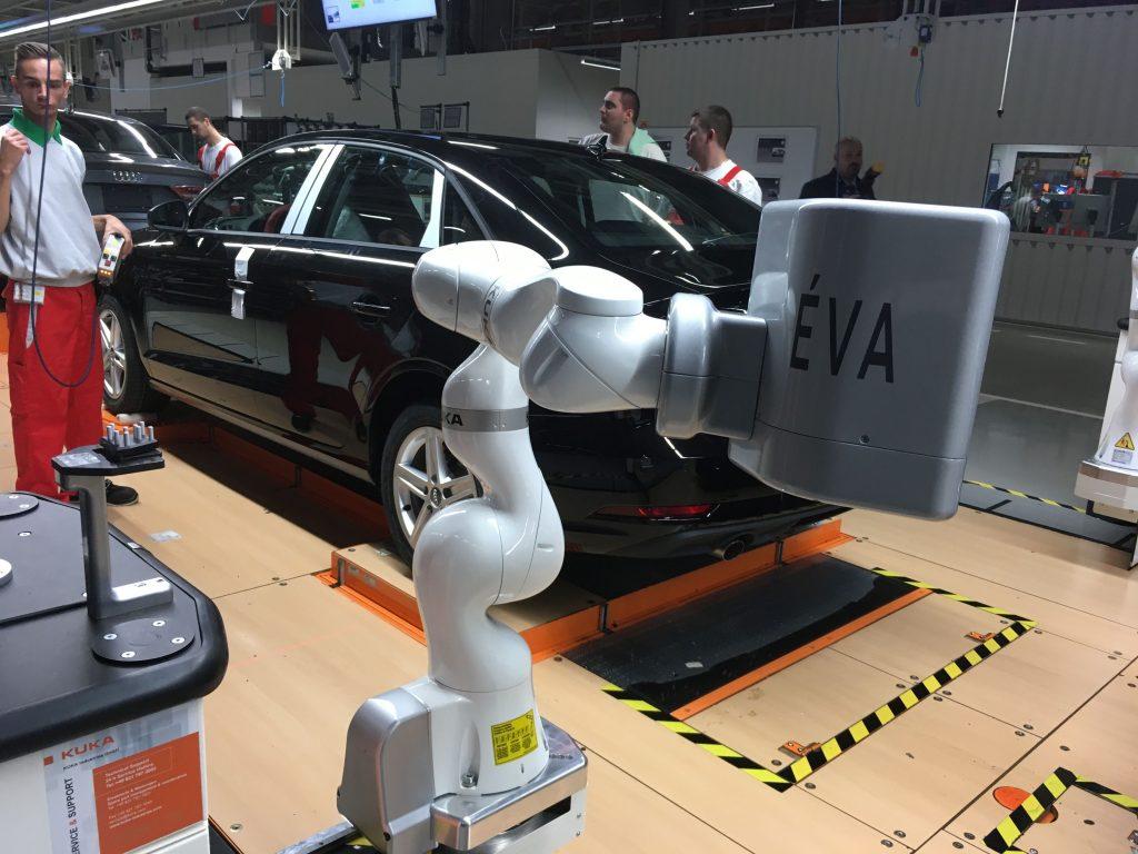 Éva robot ellenőrzi az illesztéseket, a másik oldalon Ádám dolgozik
