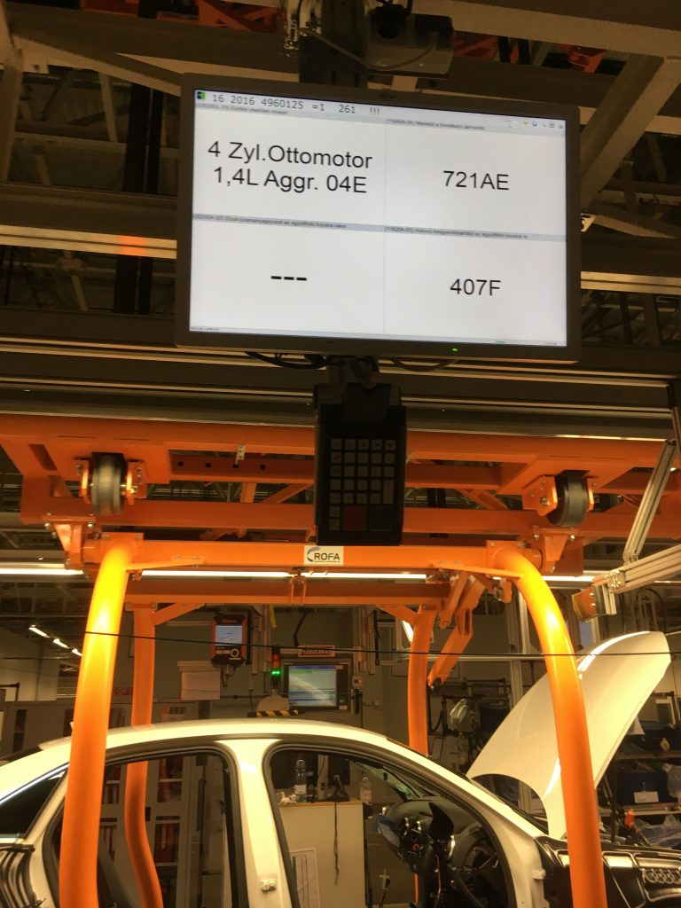 Papírok helyett monitoron közlik a dolgozóval az adott jármű paramétereit