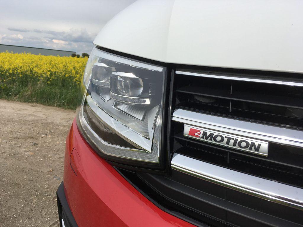 4Motion összkerék-meghajtással végsebessége 199 kilométer/óra, az üresen 2,3 tonnás doboz álló helyzetből 100 kilométer/órára 10,1 másodperc alatt gyorsul fel