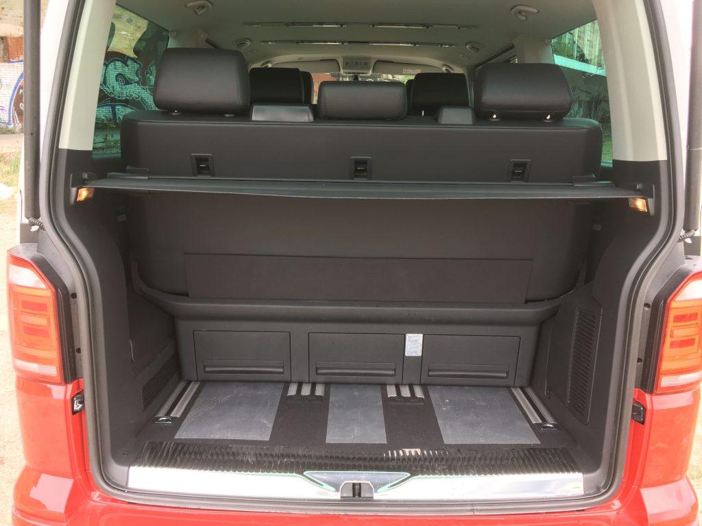 Hátratolt ülésekkel kicsi a csomagtartó, de annyi a hely a kocsiban, hogy nem tudunk semmi otthon hagyni. Kiszedett ülésekkel a legnagyobb hasznos térfogat 4,3 köbméteres