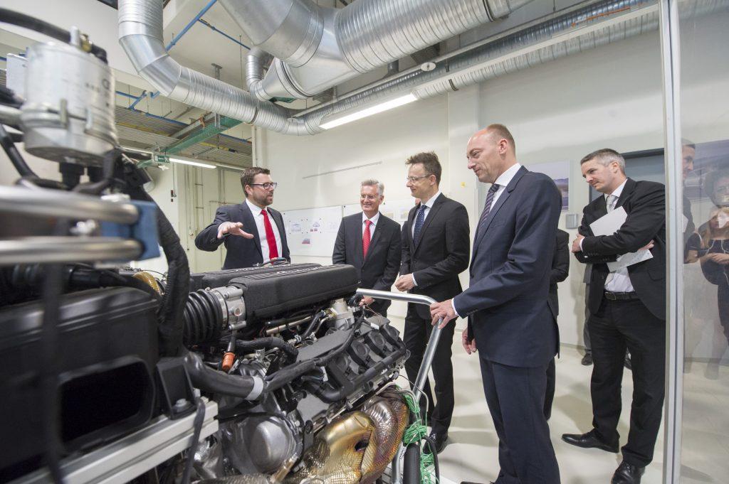 2015-ben Győrben a motorfejlesztési központ átadásán