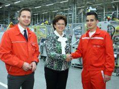 Knáb Erzsébet, személyügyekért felelős igazgatósági tag és Kővári Norbert, a karosszériaüzem vezetője köszönti Szentgyörgyi Marcellt, az Audi Hungaria 12 000. munkatársát