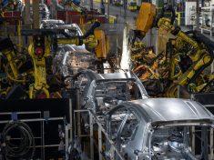 Peugeot_factory_robots_assemble