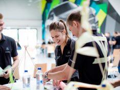 Csoportmunka a harmadik duális főiskolai napon a kecskeméti Mercedes-Benz gyárban_2